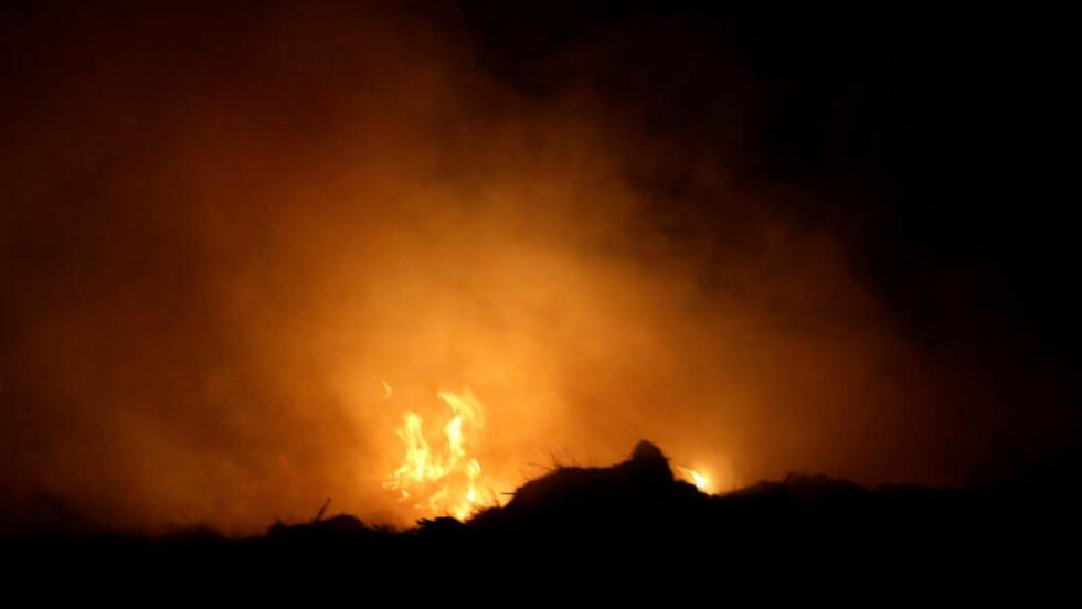 TRUER VINOMRÅDER: 5500 mål med skog er svidd av. Flammene herjer ikke langt unna vingården Château Haut-Brion i Passac, like utenfor Bordeaux. Foto: Patrick Bernard-Thibaud Moritz / ABACAPRESS.COM / NTB SCANPIX