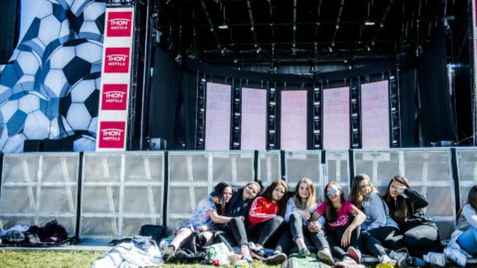 VENTET LENGE: Fra venstre: Maja, Hanae, Aina, Linea, Wiktoria, Victoria og Ariana gleder seg til Isac kommer. Foto:Thomas Rasmus Skaug