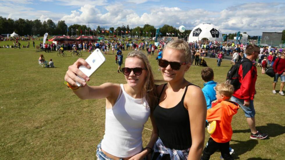 Selfieglede: Synne Parr (15) og Sandra Inngselset (19)  gleder seg over selfie på Ekebergsletta. Foto: Odd Roar Lange/Dagbladet