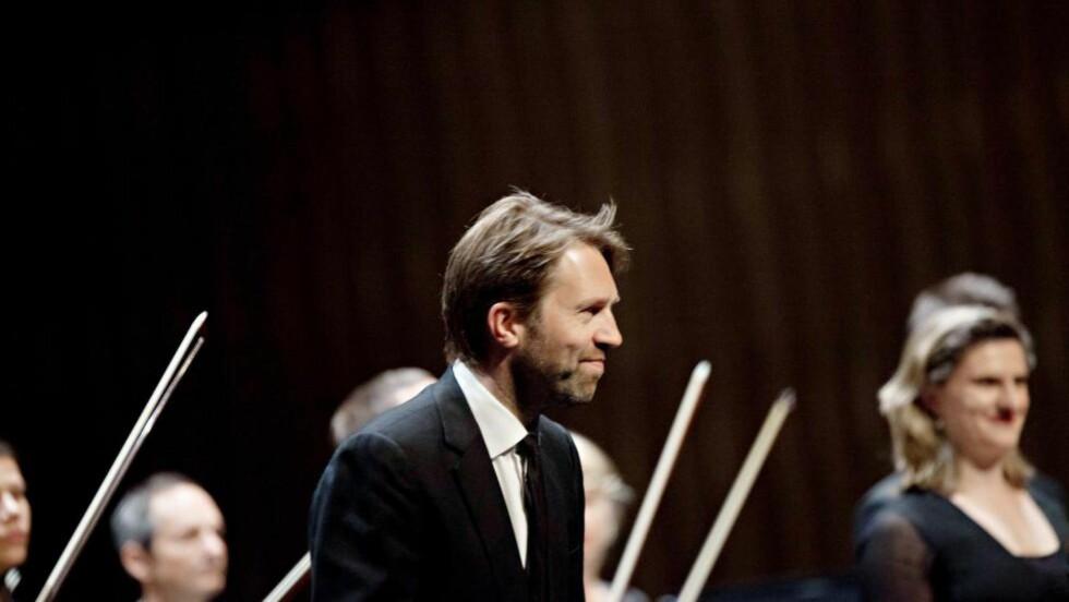 Profilert: Leif Ove Andsnes tar i mot applausen i Stormen konserthus, i spissen for Mahler Chamber Orchestra. Foto: Henrik Dvergsdal