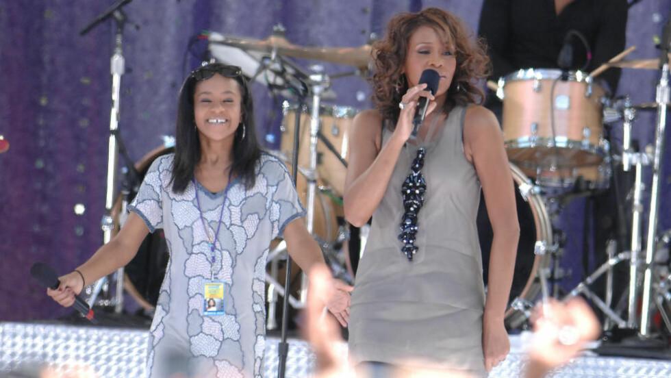 FAMILIETRAGEDIE: Whitney Houstons eneste datter, Bobbi Kristina Brown, gikk bort søndag etter å ha blitt funnet livløs i et badekar i januar. Mora gikk bort tre år tidligere - også hun ble funnet i et badekar. Her opptrer de to sammen i 2009. Foto: NTB Scanpix