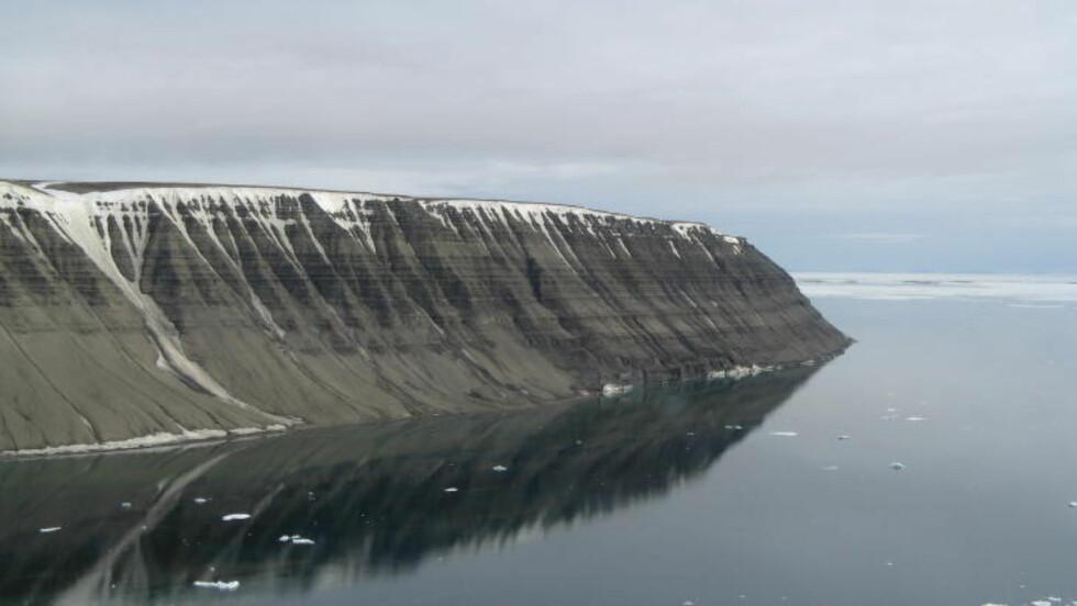 NEGERFJELLET: Fjellet fikk sitt navn av engelske sjømenn på 1600-tallet på grunn av fargen på berget. Foto: Anders Skoglund / Norsk polarinstitutt