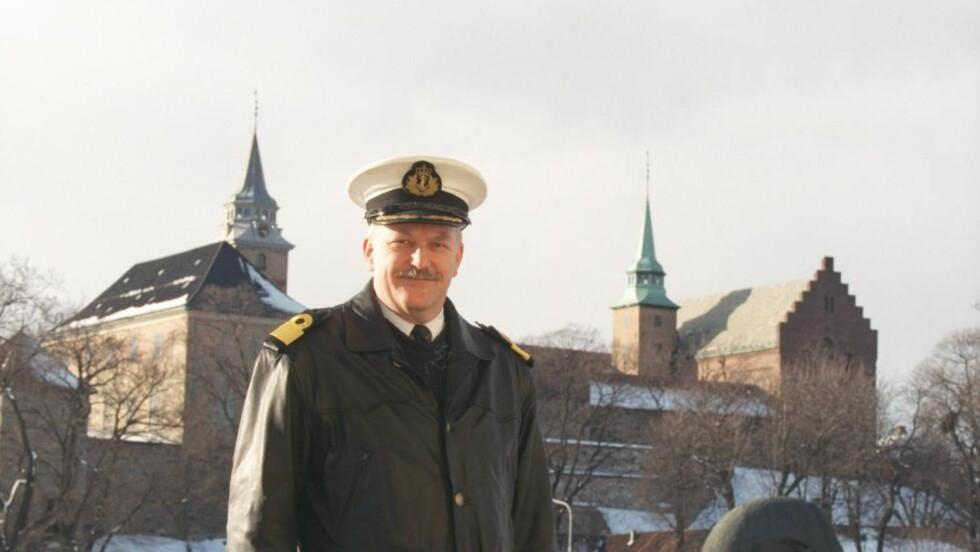 USIKKERT: Tidligere ubåtkaptein Jacob Børresen har sett over videoen av ubåtvraket. Han mener ikke det er en militær ubåt, og stiller seg spørrende til at båten er malt gul. Foto: Tone Georgsen / Aftenposten