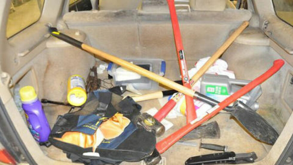 BAGASJEROMMET:Politiet fant en rekke økser, flere kniver, ei slegge, en spade, en machete og søppelsekker. I tillegg fant de altså tidligere nevnte «drapsliste» i lomma hans. Her sto navnene på ti kvinner som alle var i live da politiet ringte dem opp. Foto: Charleston Police Department