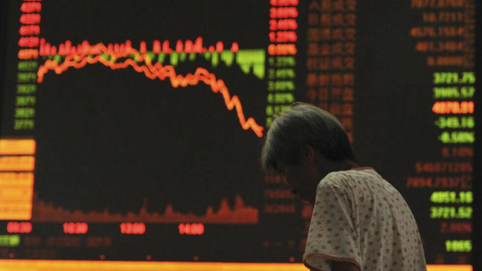 NY NEDGANG: Verdiene av aksjene på de kinesiske storbørsene i Shanghai og Shenzhen fortsatte å falle kraftig dagen etter den største nedgangen på åtte år. Foto: REUTERS/Stringer/NTB Scanpix