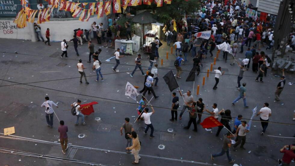 OPPTØYER: Det har vært voldelige konfrontasjoner mellom politi og demonstranter i flere tyrkiske byer de siste dagene. Foto: Murad Sezer / Reuters / NTB scanpix