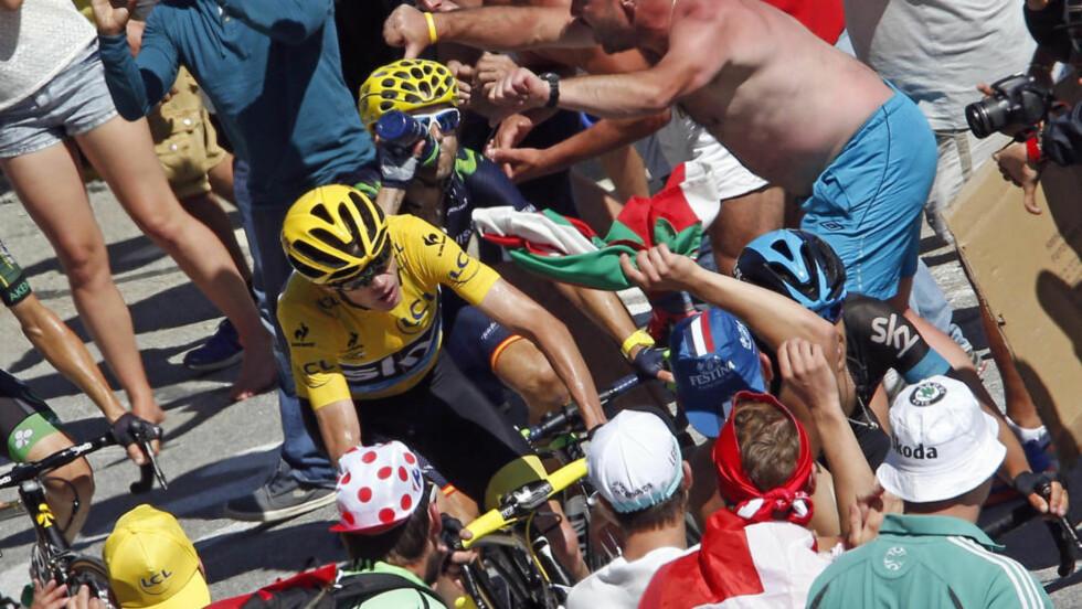 TRANGT OM PLASSEN:  For Chris Froome (gul trøye) og resten av Tour-feltet opp Alpe d'Huez. Foto: NTB Scanpix