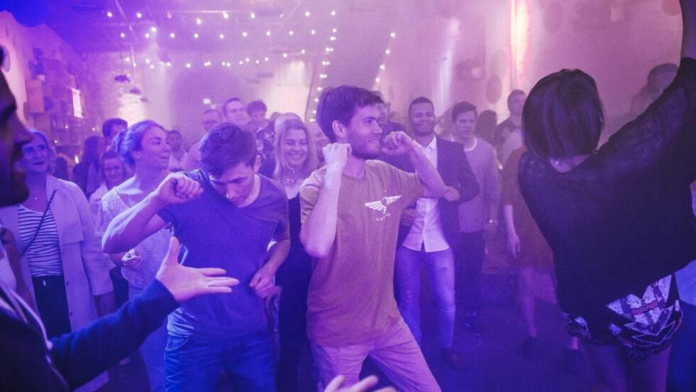 TAKT OG TONE: På utestedet Mesh i Oslo, er sansene skjerpet på dansegulvet. Håvard Kamonen og Tarjei Tvedten liker å feste edru. Foto: HAMPUS LUNDGREN