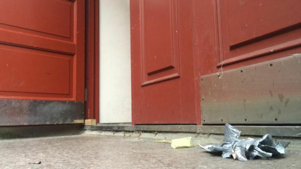 BUNDET MED GAFFATEIP: Kvinen ble funnet bundet med gaffateip foran sin egen blokk. Det er uvisst hvordan hun klarte å komme seg ut av leiligheten der hun ble angrepet. Foto: Ådne Husby Sandnes.