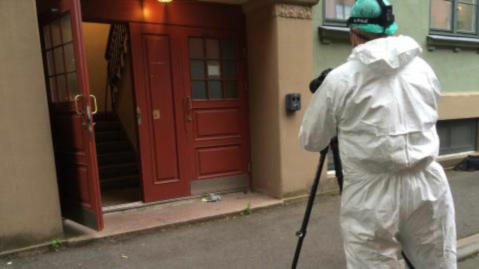 KRIMTEKNIKERE: Utover kvelden vil krimteknikere foreta sine undersøkelser i og utenfor leiligheten. Foto: Ådne Husby Sandnes