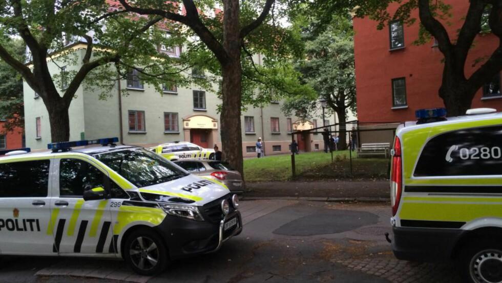 BUNDET OG PÅFØRT KUTTSKADER: En kvinne ble klokken 19.00 funnet med stikkskader foran trappen sin på Sagene i Oslo. Foto: Ådne Husby Sandnes.