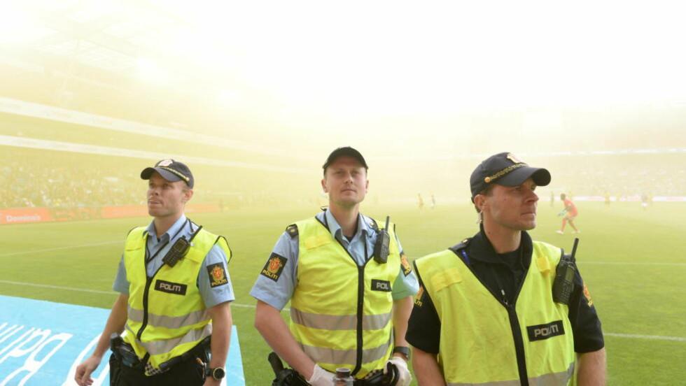 GUL RØYK: Flere Ullevaal-tilskuere følte seg dårlige etter at Lillestrøm-supporterne brukte røykbomber i mandagens kamp mot Vålerenga. Foto: John Terje Pedersen / Dagbladet