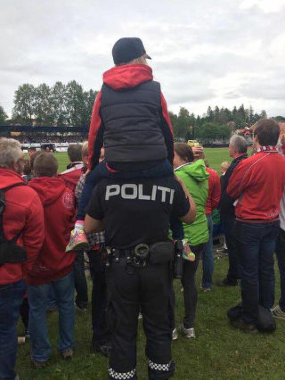 TILGJENGELIG: - - En del av oppgavene våre å være tilgjengelige når det er mulighet. Og vi valgte å dele dette bildet for å vise bredden i politiarbeidet, sier stasjonssjef Geir Solem. Foto: Follo politidistrikt