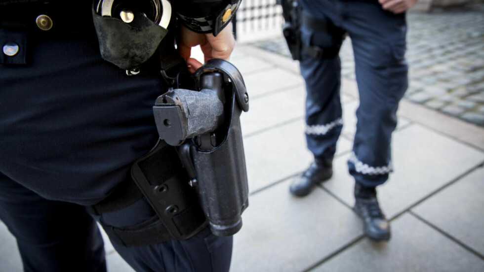 FORTSATT LOV TIL Å BÆRE VÅPEN: Trusselvurderingen fra PST i fjor førte til at politiet ble midlertidig bevæpnet.  Foto: Erlend Aas / NTB scanpix