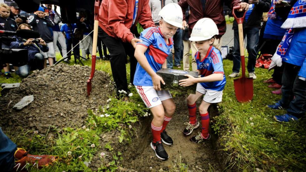 HER LEGGES DEN NED: Magnus Eriksen Opland og Eyvor Sophie Berger fikk æren av å legge ned grunnsteinen onsdag. Foto: John Terje Pedersen