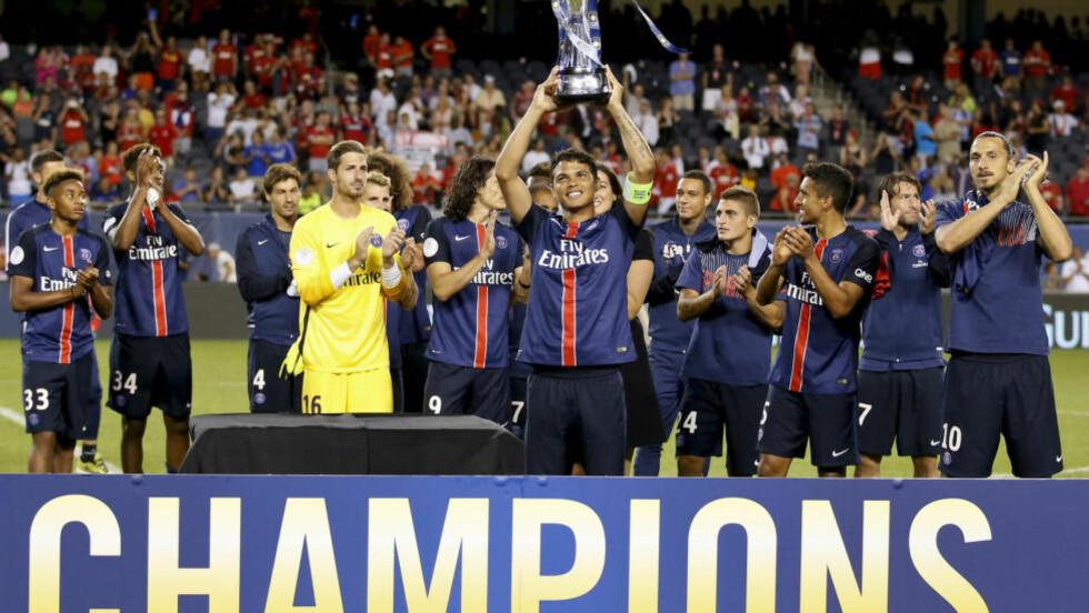 TROFÉ: Thiago Da Silva holds med International Champions Cup-trofeet etter at PSG slo Manchester United 2-0 i Chicago. Foto: AP Photo / Kamil Krzaczynski / NTB Scanpix