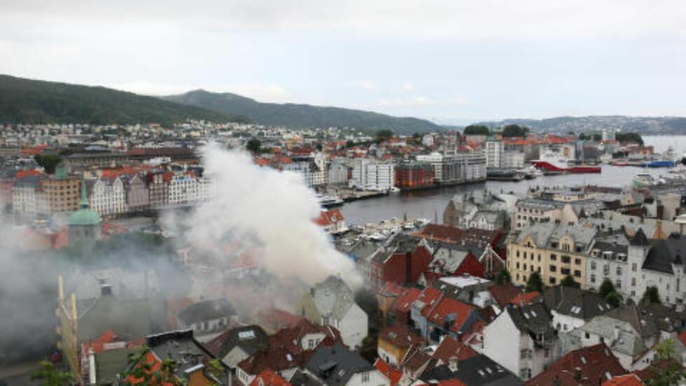 STORBRANN: En brann oppstod i Bergen sentrum i natt. Foto: Emil Breistein / NTB scanpix