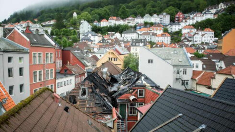 STORBRANN: 49 mennesker er evakuert etter at det oppstod brann i en trehusbebyggelse i Kong Oscars gate og Nedre Hamburgersmau i Bergen i natt. Foto: Eivind Senneset/Dagbladet