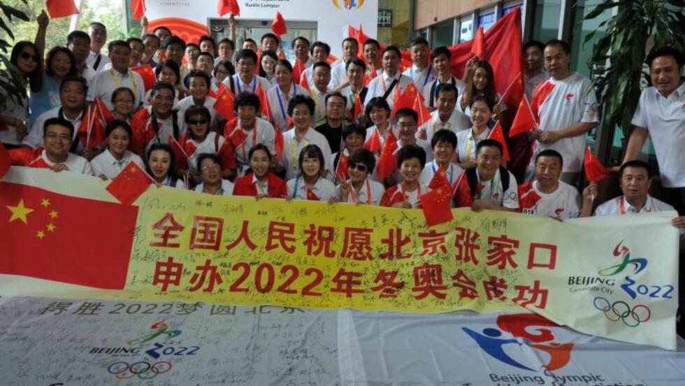 GOD PR:  Kina har mobilisert for å påvirke IOC-delegatene i innspurten. Her en gruppe kinesere utenfor kongresshotellet i Kuala Lumpur.