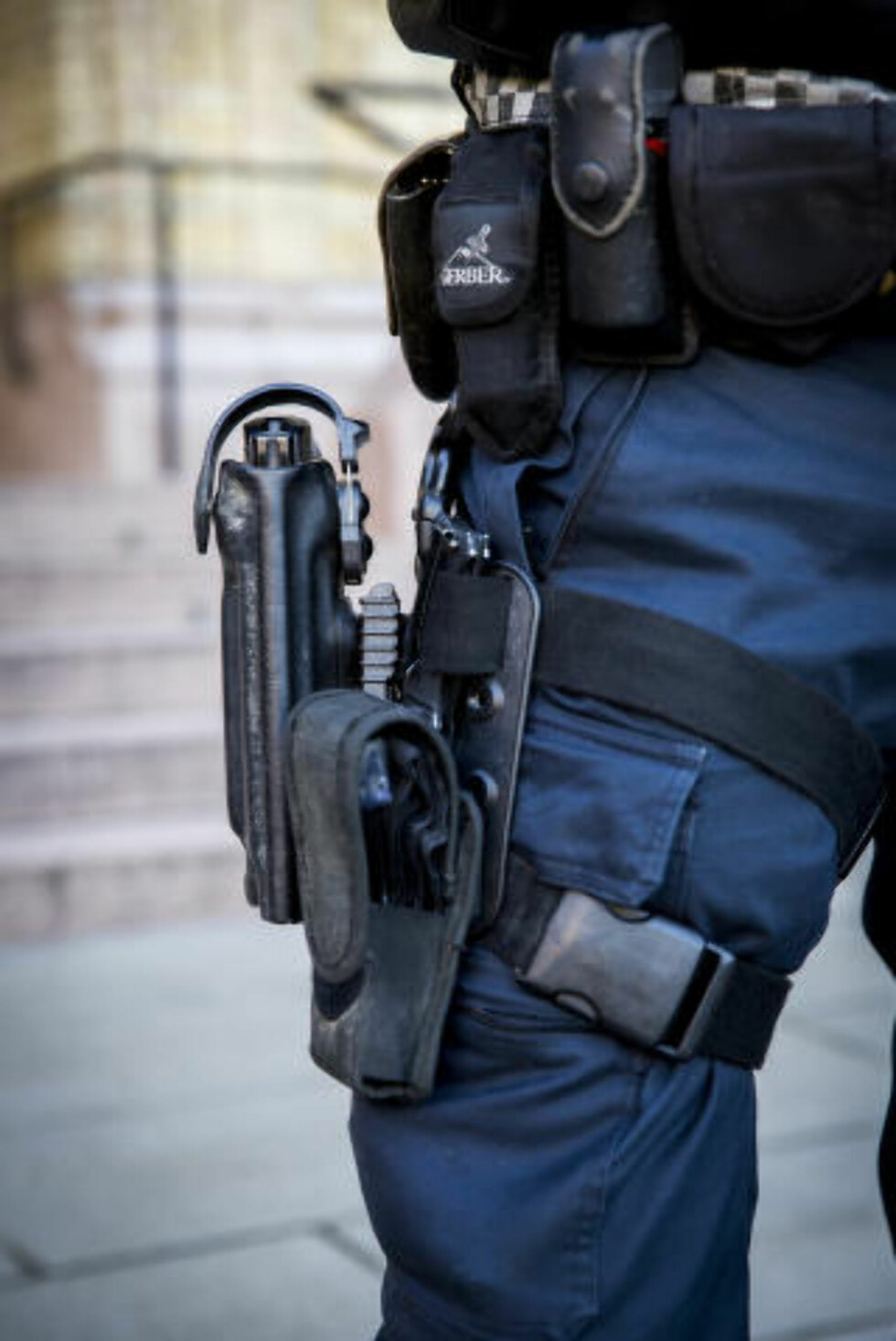 STANDARDVÅPEN:  Heckler & Koch P30L er politiets standard tjenestevåpen, presentert 25. november i fjor i forbindelse med den nye og midlertidige bevæpningsinstruksen. Foto: Erlend Aas, NTB Scanpix.
