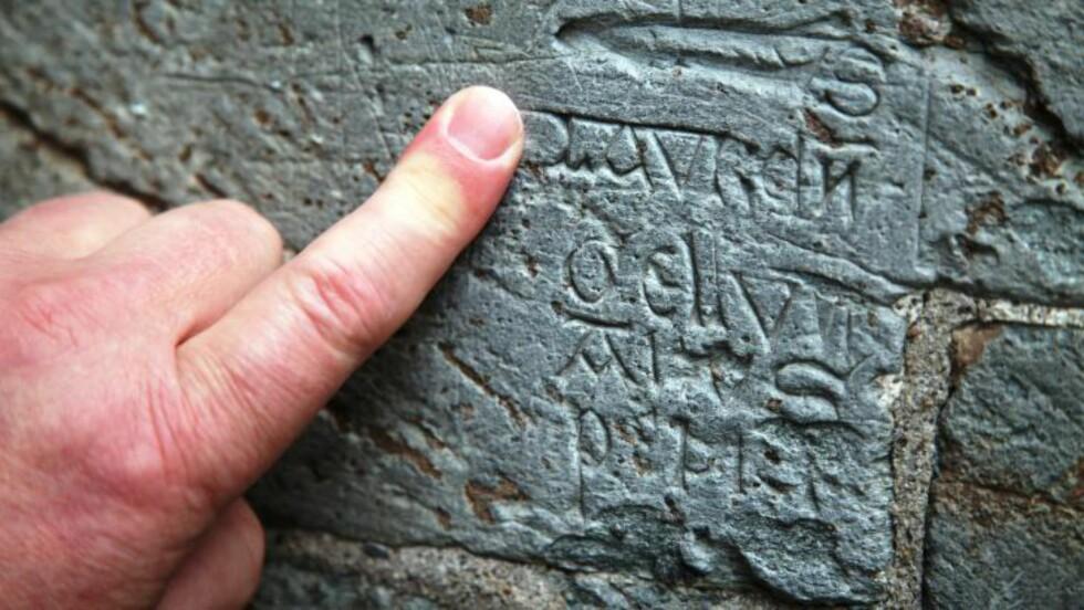 PÅ LATIN: «Lars er Petters rompe», lyder Terje Bratbergs oversettelse av denne inskripsjonen på latin.  Foto: Asbjørn Svarstad
