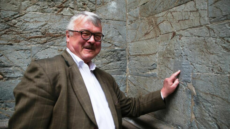HOMSEGRAFFITI: Skriften på veggen i Nidarosdommen er analysert av Trondheims byhistoriker Terje Bratberg. Foto: Asbjørn Svarstad
