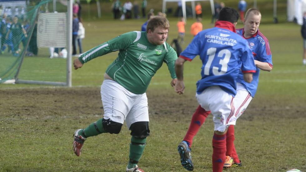 Full innsats: Marius Haugen bidrar med sitt gode humør. Marius til høyre. Foto: Thomas Rasmus Skaug