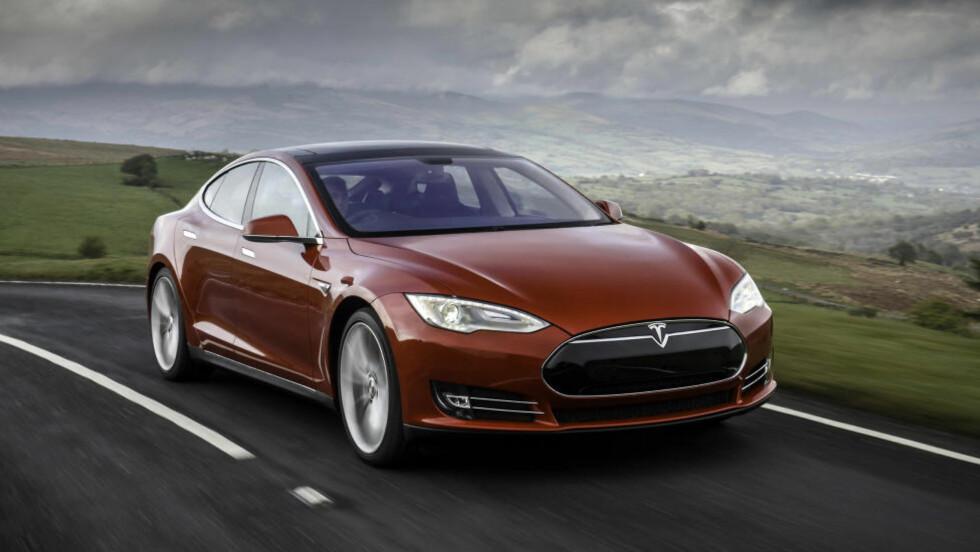 VERV EN VENN:  For å kompensere for et salgsforbud i visse delstater i USA, har Tesla startet en vervekampanje. Den som verver ti Tesla-kjøpere først, får en splitter ny bil helt gratis. Foto: Tesla / Splash / NTB Scanpix
