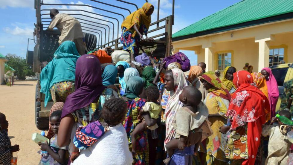 REDDET: 59 personer ble reddet fra Boko Haram i dag av den nigerianske hæren. På dette bildet trer noen av de frigjorte av lasteplanet på en militær lastebil. Foto: AFP / NTB Scanpix
