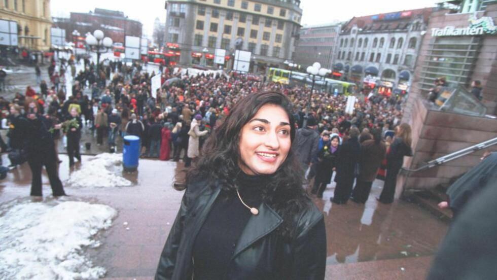 «DEMO TIL STØTTE for barn og unge som trues av familier med andre kulturtradisjoner enn de vestlige», er teksten på dette bildet fra 2002, i Dagbladets arkiv. I dag forteller Shabana Rehman om hvordan hun og samfunnsengasjementet hennes har utviklet seg i åra etter dette bildet ble tatt. FOTO: SVEINUNG UDDU YSTAD