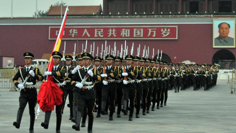 NASJONALT ALVOR:  I dag avholdt kineserne en seiersparade på Tiananmen-plassen i anledning tildelingen av vinter-OL 2022 og 88 års dagen for opprettelsen av Folkets Frigjøringsarme. Det var en kontrast til nusselige vetter og troll på Lillehammer. FOTO: Xinhua/Sipa USA.