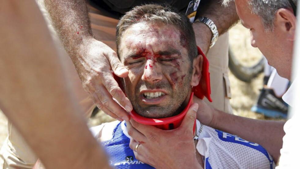 SKREKKVELT: William Bonnet ble offer for en horribel velt på tredje etappe av Tour de France. Det forhindret ikke dopingjegerne fra å banke på døren hans. REUTERS/Eric Gaillard