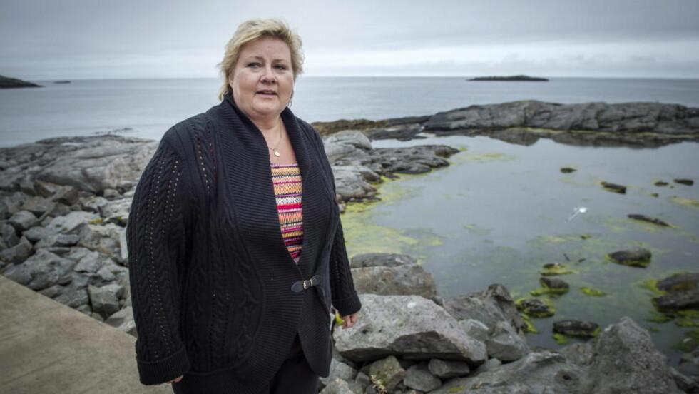 VIL BORE: Statsminister Erna Solberg vil bore etter olje i Lofoten og Vesterålen. Men oljeboring er ikke en del av programmet når hun starter valgkampen i nettopp det området. Her er hun på kaia ved Å Rorbuer i Lofoten. Foto: Øistein Norum Monsen / Dagbladet