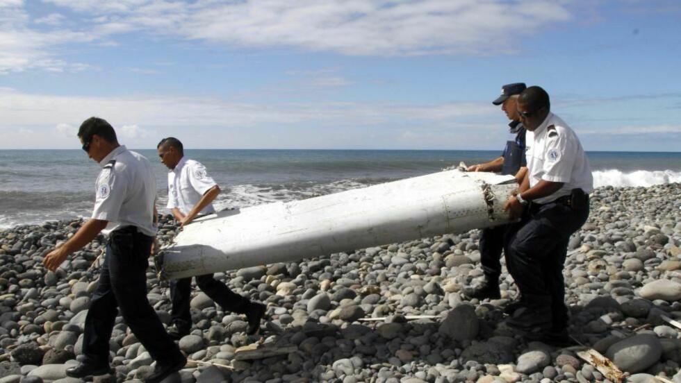 SAMME FLYTYPE: Eksperter og malaysiske myndigheter mener det er høyst sannsynlig at vingeklaffen tilhører samme flytype som mysterieflyet. Innen to dager er det ventet et endelig svar på om vrakdelene stammer fra MH370. Foto: EPA/RAYMOND WAE/NTB scanpix
