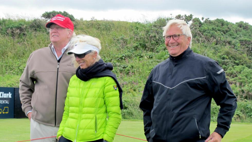 PAUSE FRA KAMPANJEN: Donald Trump (t.v.) har tydeligvis tatt seg en pause fra president-kampanjen, og dro til Skottland for å se Suzann Pettersen spille. Her sammen med foreldrene til Suzann Pettersen, Mona og Aksel Pettersen. Foto: Øystein Bjerkestrand / NTB scanpix