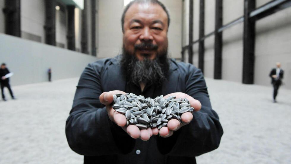 FÅR VISUM: Kunsteren Ai Weiwei viser fram sitt verk «Sunflower Seeds» i London. Nå får han likevel innreisevisum i landet. Foto: NTB Scanpix