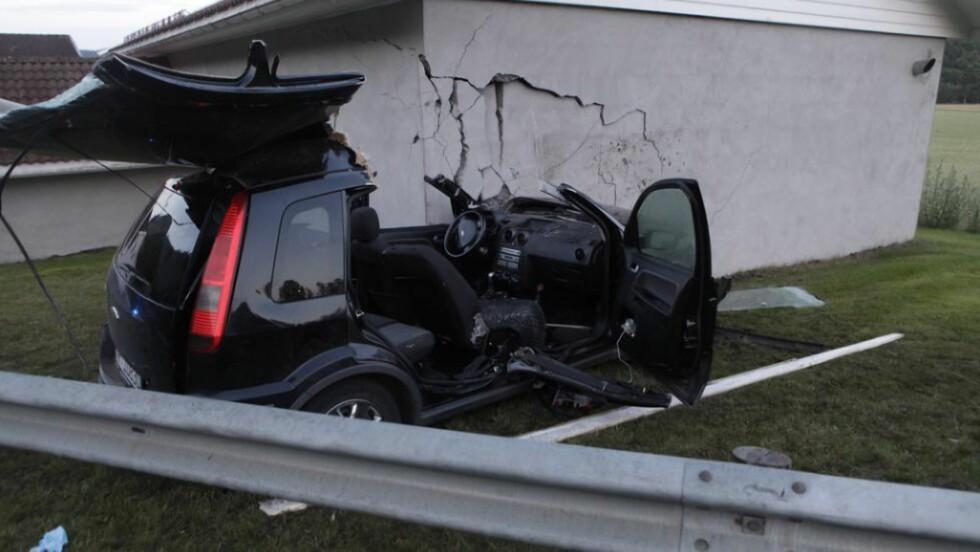 TRAFF GARASJE: Ulykkesbilen traff en garasje. Tre personer er skadd etter ulykken. Foto: Peder Gjersøe