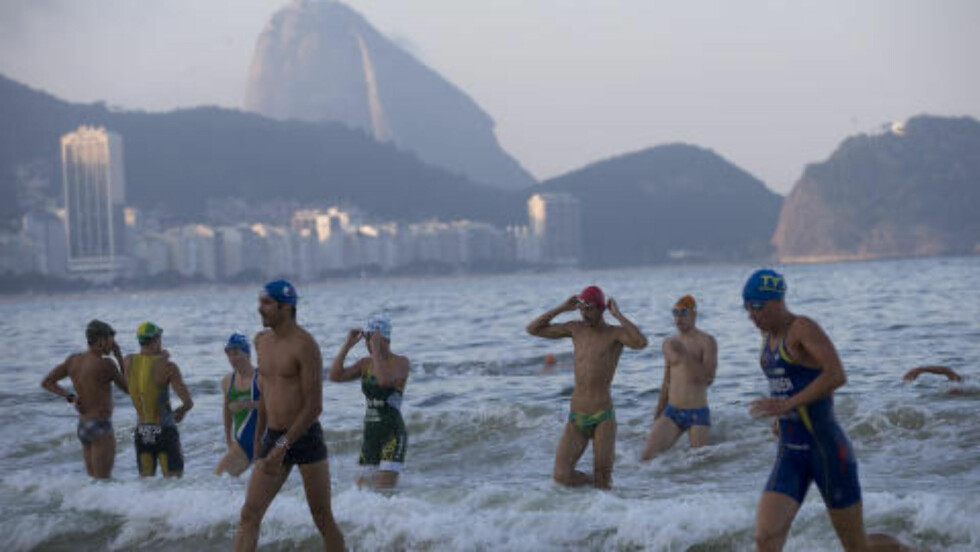 TAR SJANSEN: Flere triatlon-utøvere trener i vannet som skal være veldig forurenset. Foto: AP Photo/Silvia Izquierdo/NTB Scanpix