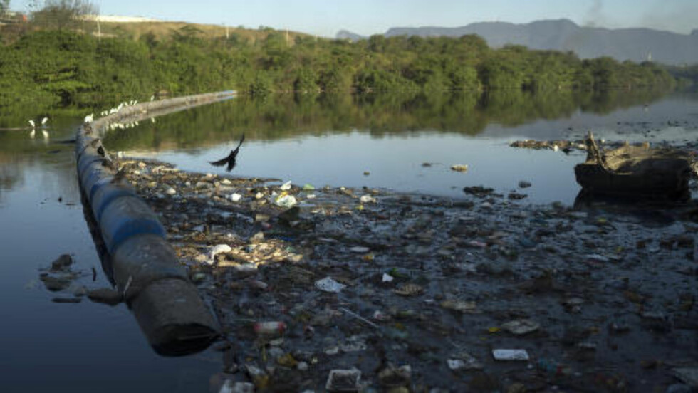 FORURENSET: Søppel flyter i kanalen rundt slumområdet Mare i Rio de Janeiro. Foto: AP Photo/Leo Correa/NTB Scanpix