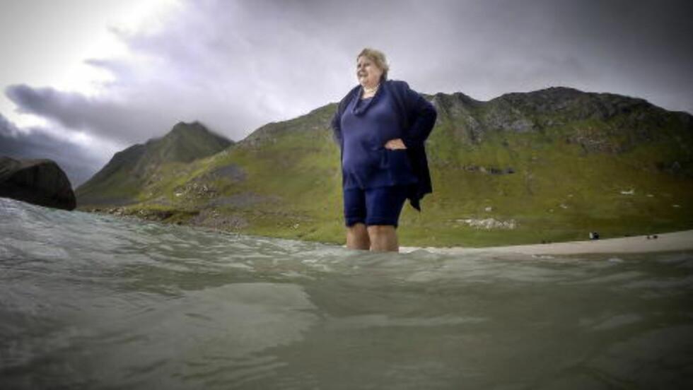 SER MOT 2020: Erna Solberg har en plan for hvordan Norge skal unngå de største skjærene på vei mot 2020. Men først må hun vinne to valg. Her er hun på Haukelandsstranda i Vestvågøy i Lofoten. Foto: Øistein Norum Monsen / Dagbladet