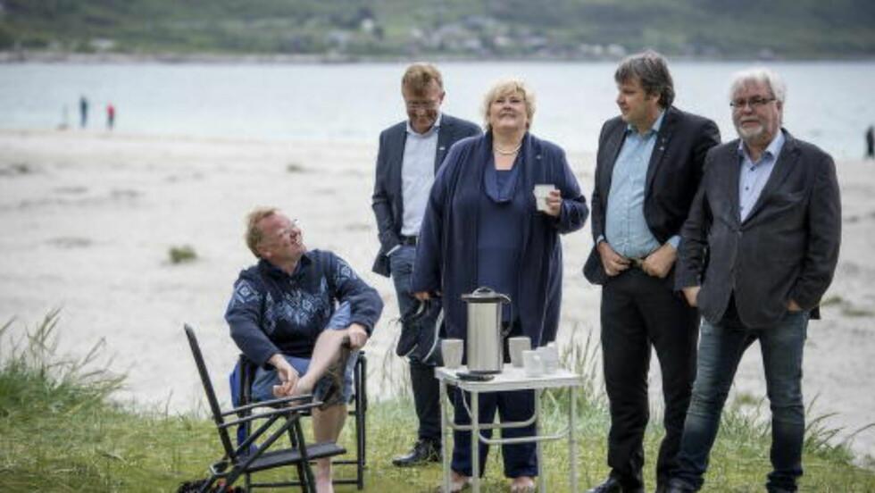 PÅ TUR: Under åpningen av valgkampen i Lofoten, tok Erna Solberg og ektemannen Sindre Finnes (venstre i bildet) seg tid til en kaffepause på Haukelandsstranda sammen med ordførerkandidatene. Foto: Øistein Norum Monsen / Dagbladet