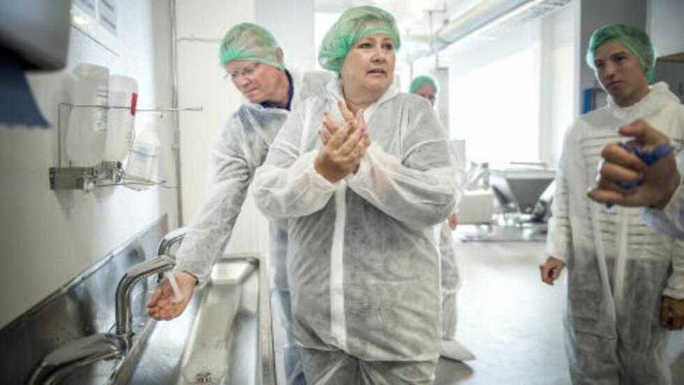 FABRIKKBESØK: Fredag besøkte Erna Solberg og ektemannen Sindre Finnes  fiskeforedlingsfabrikken Lofoten. Foto: Øistein Norum Monsen / Dagbladet