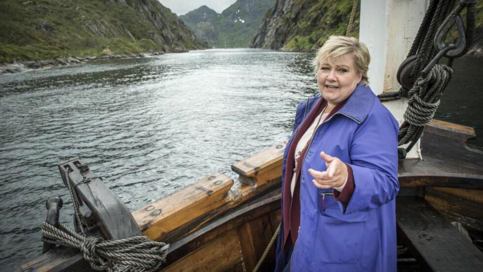 -URIMELIG: På vei inn i Trollfjorden svarer Erna Solberg på kritikken fra Jonas Gahr Støre. Hun mener det er urimelig å påstå at Høyre er mer opptatt av Arbeiderpartiet enn egen politikk. Foto: Øistein Norum Monsen / Dagbladet