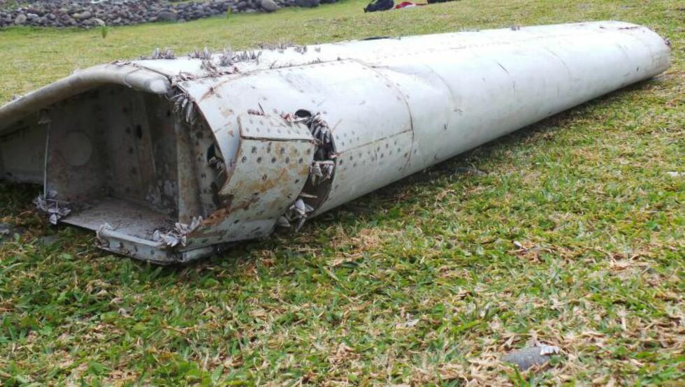 VENTER I SPENNING: En hel verden venter i spenning på om denne vrakresten stammer fra det savnede flyet MH370. Svaret vil ventelig komme neste uke.  Foto: EPA/ZINFOS974