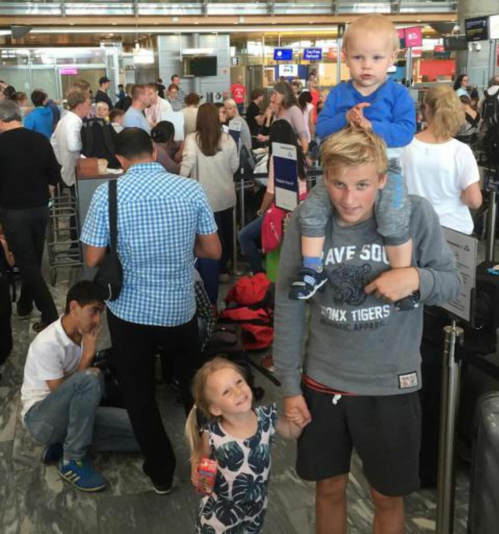 VED GODT MOT: Kristian Ekornes' reisefølge Theo (1 1/2), Niklas (15) og Lilja (3 (1/2) har ventet i over to timer på Gardermoen, men er ved godt mot. Foto: Kristian Ekornås