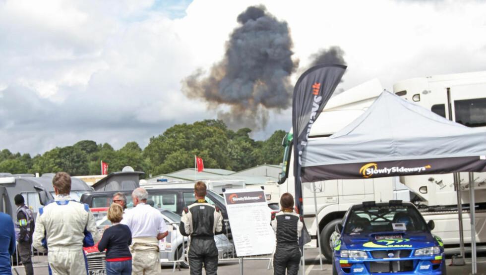 FLYSTYRT: Et lite fly har styrtet like ved festivalen CarFest North 2015 ved Oulton Park, Cheshire i England.      Picture by: DFL / Splash News