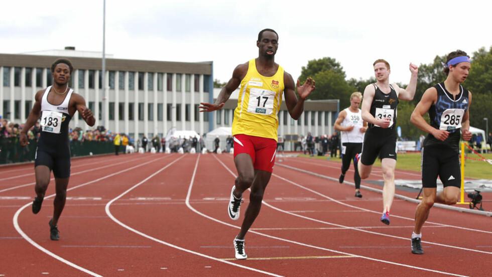 IKKE I TOPPSLAG:  Jaysuma Saidy Ndure ( i midten)  under dagens 100 meter sammen med Salumu Ageze Kashafali (183) og Even Meinseth (285),  Foto: NTB Scanpix