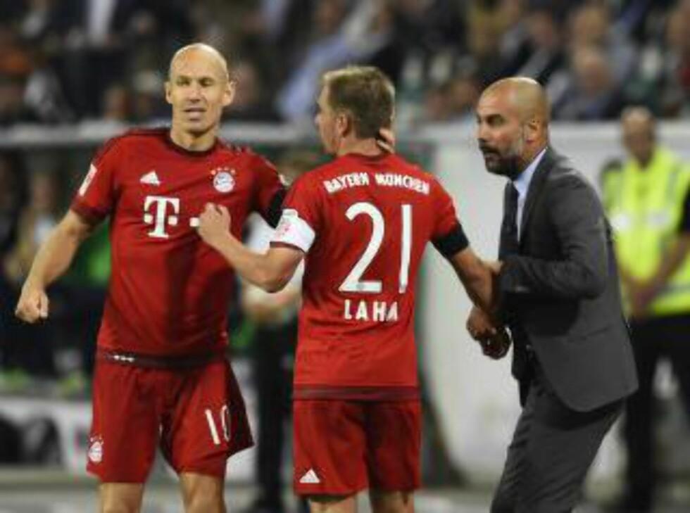 GRATULERER:  Philipp Lahm gratulerer Robben, mens Pep Guardiola gir noen råd etter Bayern tok føringen.  Foto: NTB Scanpix