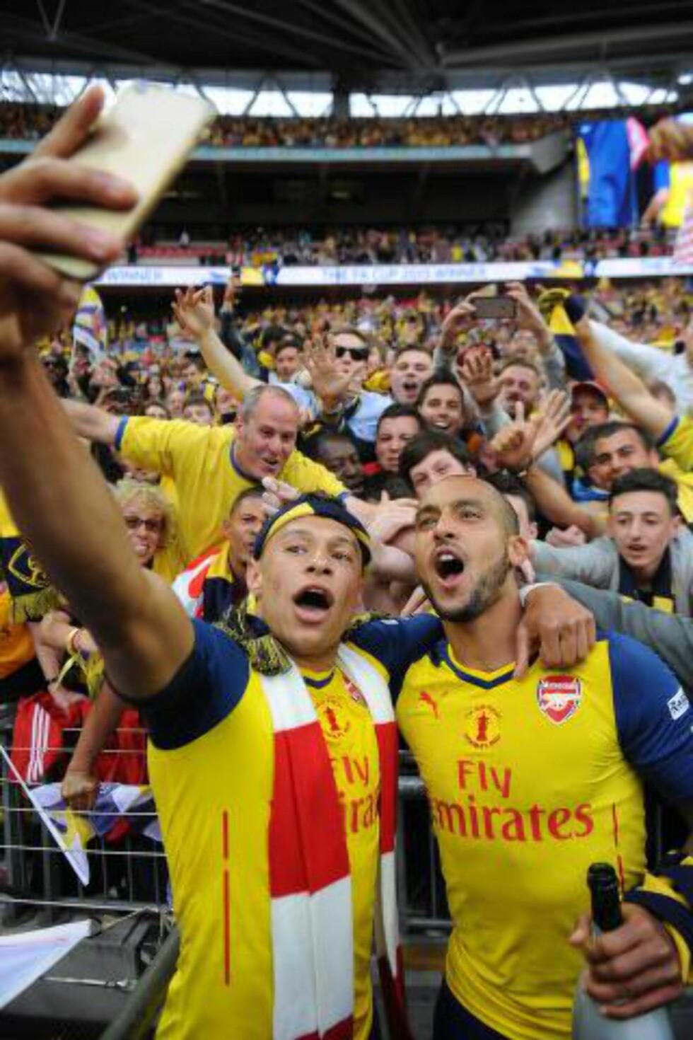 SELFIE:  Alex Oxlade-Chamberlain og Theo Walcott tar en selfie med Arsenal-fansen. Foto: NTB Scanpix.