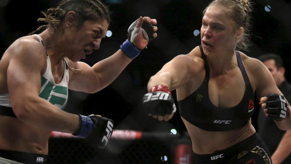 KNOCKOUT:  I går forsvarte Ronda Rousey sin tittel i bantamvekt under UFC-arrangementet i Rio. Hennes motstander, Bethe Correia, holdt knappe 34 sekunder i den første runden før Rousey hadde sendt henne i gulvet med ansiktet først, og forbedret statistikken sin til 12-0. Foto: REUTERS/Ricardo Moraes/NTB Scanpix